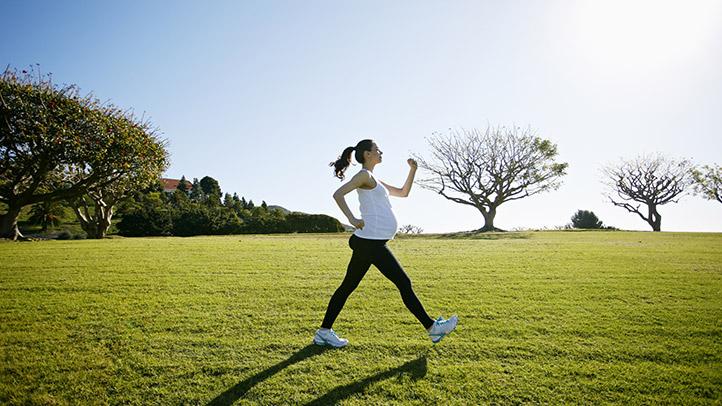 Những bài tập nhẹ nhàng như đi bộ, yoga là lựa chọn lý tưởng cho bà bầu trong 3 tháng đầu